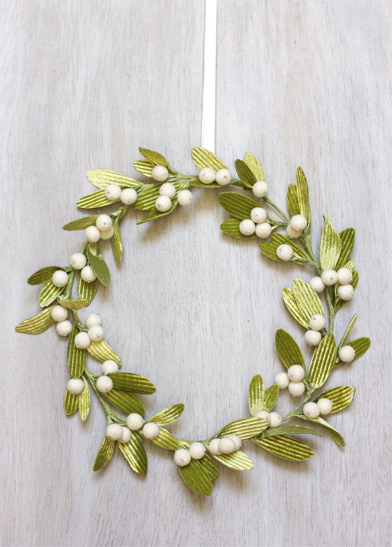 DIY Mistletoe Wreath | Urban Comfort